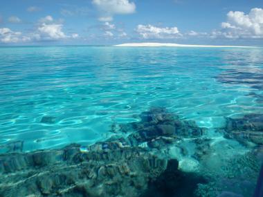 Caye, ou île de sable, du plateau des Chesterfield située à l'ouest de la Grande-Terre dans le parc naturel, Thea Jacob, WWF