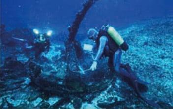 De nombreuses épaves de l'époque de la marine à voile ont été répertoriées. Ici l'ancre d'un quatre mâts L'Emile Renouf sur le  récif Durand, Pierre Larue, Fortunes de mer