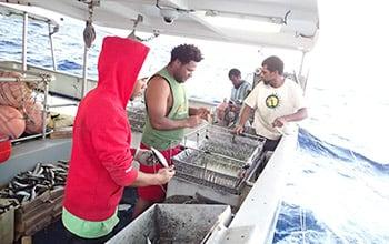 La technique de pêche à la palangre s'effectue à plusieurs, DAM SPE