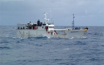 Navire de pêche en pleine campagne dans le parc naturel de la mer de corail, DAM/SPE
